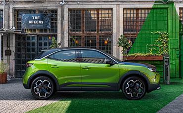 Gron-Opel-Mokka-parkerad-utanför-Cafe